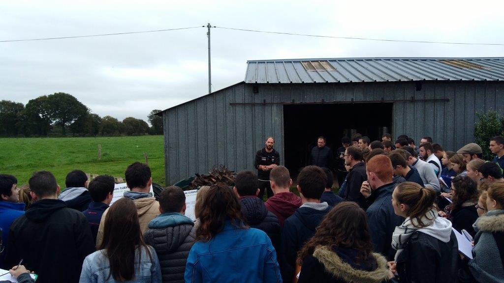 Ronan expliquant son système vêlages groupés de printemps à des élèves venus assister à la porte ouverte